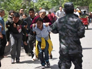 Survivors carrying the injured after the Chinese earthquake